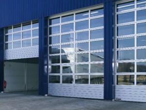 brama przemysłowa z drzwiami